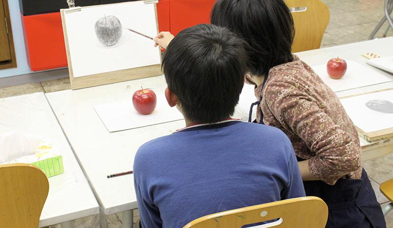 絵画クラスはデッサン・水彩・油絵などを学べます